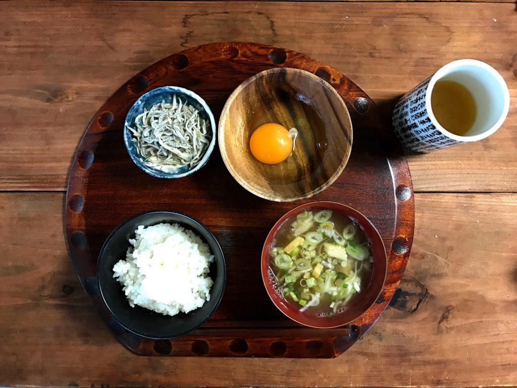 配膳で変わるシンプル朝ご飯 - 粗食だからこそ豪華に